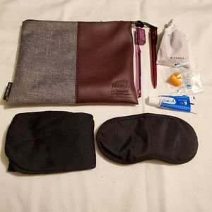 HERSCHEL SUPPLY COMPANY COSMETIC BAG & KIT